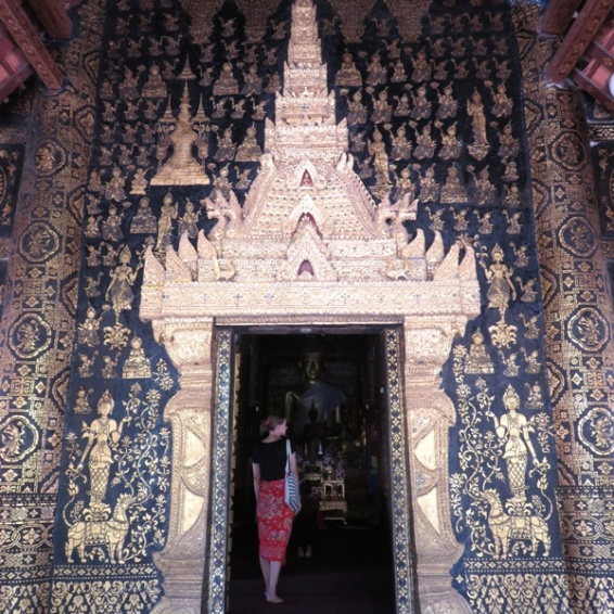 Looking into Wat Xieng Thong